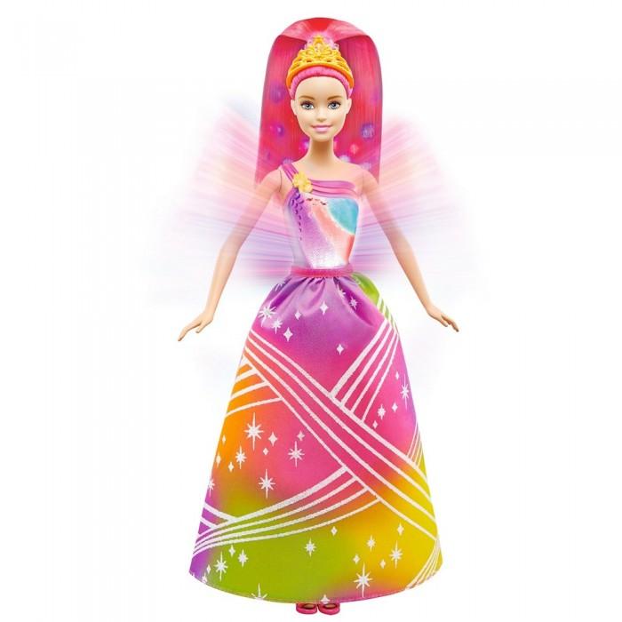 Barbie Радужная принцесса Барби с волшебными волосамиРадужная принцесса Барби с волшебными волосамиРадужная принцесса Барби с волшебными волосами просто очаровательна.   Ее шикарное яркое разноцветное платье радужной расцветки почти доходит до пола.  Яркие длинные волосы Барби убраны в высокий хвост и украшены желтой тиарой.  Если нажать на бусинку на корсаже принцессы, то начнутся чудеса!  Для каждого случая предусмотрена одна из семи мелодий.  Во время звучания мелодии работает подсветка, которая озаряет платье куклы и ее волосы ярким светом.  Кукла обута в съемные туфельки розового цвета.  Барби не может стоять самостоятельно. Подставку можно приобрести отдельно.   Высота куклы 30 сантиметров.   Игрушка продается в яркой блистерной упаковке.   Рекомендуемый возраст: от 3 лет.<br>
