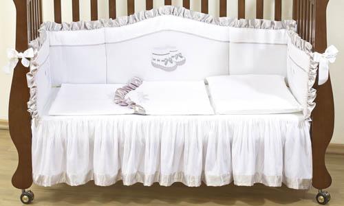 Комплект для кроватки Giovanni Silver 120х60 (4 предмета)Silver 120х60 (4 предмета)Набор постельного белья для новорожденных Silver 120х60 (4 предмета). Стильный дизайн, натуральные и безопасные материалы, сочетание спокойных и мягких пастельных тонов, декорирован вышивкой и атласной отделкой. Бампер длиной 240 см можно установить как в изголовье кроватки в варианте для новорожденного, так и в варианте диванчика для подросшего малыша. Простынь на резинке не позволит складкам воздействовать на кожу ребенка, а юбка придаст изысканный внешний вид детской кроватке.   - Бампер защитный (длина 240см)  - Пододеяльник 110x130 см  - Наволочка 60x40 см  - Простынь на резинке с юбкой (для кроватки 120x60 см)  - Состав: 100% хлопок, наполнитель: холлофайбер<br>
