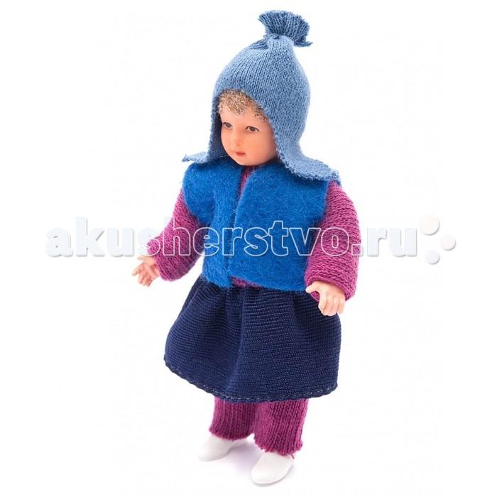 Pupsique Пупс Девочка в синей жилетке и шапочке 135 ммПупс Девочка в синей жилетке и шапочке 135 ммМиниатюрная кукла девочка 135 мм в синей жилетке и шапочке.  Главное, что отличает пупсика Pupsique от подобных игрушек, - это идеальное сходство с человеком. Это авторское произведение, создатели которого сумели детально соблюсти пропорции и особенности человеческого тела.  Размер куколки Pupsique всего 135 мм, однако каждый пупсик раскрашен вручную (hand painted), и все его части подвижны: голова, ручки, ножки. В качестве дополнительных аксессуаров предлагается большой выбор оригинальной дизайнерской одежды, которая, безусловно, понравится детям и их родителям.  Игрушка выполнена из высококачественного винила, гарантированно гипоаллергенного материала. Все куколки и аксессуары к ним помещены в особую блистерную упаковку, при производстве которой используется только пищевой пластик.  Особенности пупсиков: Идеальное сходство с человеком Словно живой Подвижные части тела (5 точек артикуляции) Не имеет аналогов в мире Большой выбор аксессуаров Высококачественный винил Оригинальная дизайнерская одежда<br>
