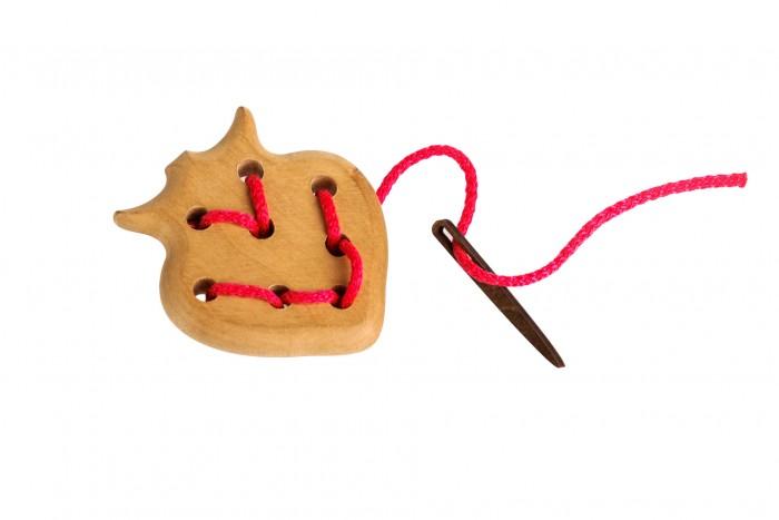 Деревянная игрушка Томик Шнуровка ЯгодкаШнуровка ЯгодкаЗабавная Шнуровка Ягодка предназначена для развития мелкой моторики, координации движений и тактильных ощущений ребенка. Игрушка изготовлена из натурального дерева.<br>