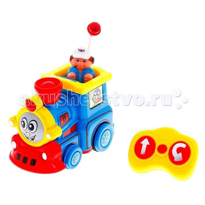 Play Smart Поющий паровозикПоющий паровозикPlay Smart Поющий паровозик - это интерактивная игрушка, способная увлечь ребенка с первых же минут игры.   Особенности: Он умеет проигрывать веселые мелодии, которым малыш сможет подпевать, имеет яркую подсветку, при этом работает от стандартных пальчиковых батареек.  Поездом управляет машинист, его фигурку можно устанавливать в кабину.  Игрушка ездит вперед и назад, умеет поворачивать на 360 градусов, приводится в движение с помощью небольшого и простого в обращении пульта дистанционного управления, с которым справится даже трехлетний малыш.<br>