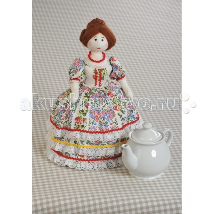 Перловка Набор для шитья Грелки на чайник Барыня-грелкаНабор для шитья Грелки на чайник Барыня-грелкаНабор для шитья Грелки на чайник Барыня-грелка позволит самостоятельно создать оригинальную игрушку Барыню-грелку и подарит массу положительных эмоций. Работа, выполненная своими руками, станет отличным подарком для друзей и близких!    Комплектация набора:  Ткань 100% хлопок производства России и Европы; Фетр; Кружевная тесьма; Нитки; Деревянные бусины; Листы с выкройками персонажа; Подробная инструкция.  Основные характеристики:   Высота игрушки: 36 см<br>