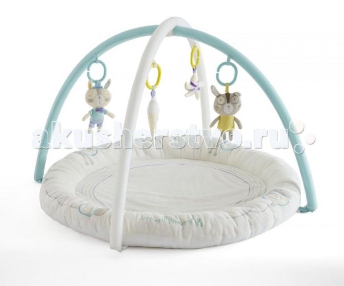 Развивающий коврик Tutti Bambini Garden PartyGarden PartyУютный детский коврик Tutti Bambini непременно станет любимым местом для игр Вашего малыша. Мягкие бортики и подкладка коврика обеспечат комфорт и удобство, на двух съёмных дугах – подвесные велюровые игрушки, которые помогут ребёнку проводить время на коврике увлекательно и полезно. Игрушки отличаются по цвету, размеру, форме и наполнителю, благодаря чему малыш сможет тренировать мелкую моторику и зрительные рефлексы, различать тактильные ощущения.   Основные характеристики:  развивающий игровой коврик;  мягкий и комфортный для малыша;  соответствует всем британским стандартам безопасности в производстве детских товаров;  подходит для малышей с рождения;  две съёмные дуги с мягкими подвесными игрушками;  диаметр коврика – 90 см;  высота дуг – 45 см.   Развивающие функции коврика:  стимулирует зрительные рефлексы;  развивает мелку моторику;  укрепляет ключевые мышцы рук, шеи и спины ребёнка;  помогает в формировании правильной осанки;  стимулирует развитие воображения у малыша.<br>