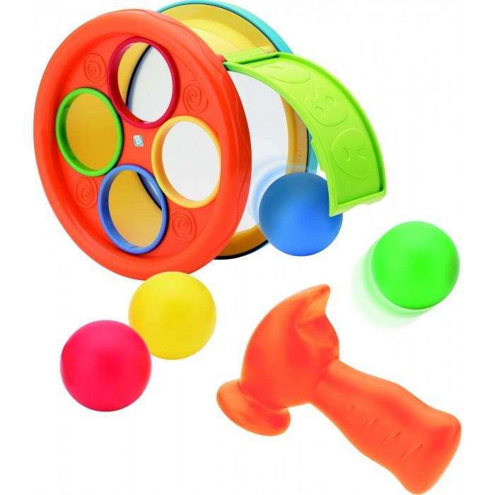 B kids Игровой набор для детей Арена с молоточкомИгровой набор для детей Арена с молоточкомB kids Игровой набор для детей Арена с молоточком 004883B  Игровой набор для детей «Арена с молоточком» - это одновременно и сортер с забивалкой, и барабан, и каталка.   В барабане находится 4 шарика разных цветов. Если поставить барабан на бок и привести его в движение, шарики внутри будут перекатываться. Вынуть шарики можно, открыв зеленую заслонку с буквами.   В варианте игры «сортер» вам нужно опустить шарики в отверстия соответствующих цветов, а затем забить их с помощью молоточка. Переверните сортер, и вы получите барабан: стучать по нему так же можно молотком.   Для детей старше 1 года.<br>