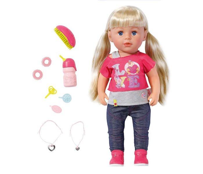 Zapf Creation Кукла Baby born Сестричка 43 см с акссесуарамиКукла Baby born Сестричка 43 см с акссесуарамиИгрушка BABY born Кукла Сестричка, 43 см, кор.  Высота куклы составляет 43 см, у нее длинные белокурые волосы. У нее сгибаются в коленях ноги, она также устойчива в вертикальном положении. Кукла умеет пить из бутылочки и плакать настоящими слезами (для этого ее нужно предварительно напоить водой). Кроме того, ее можно купать!   Кукла одета в яркий, стильный наряд: розовая футболочка с надписью Love, эффектные синие брюки и розовые кроссовки. В комплект также входят расческа, три заколки, две резинки и два браслета - один для куклы, а другой для ребенка.<br>