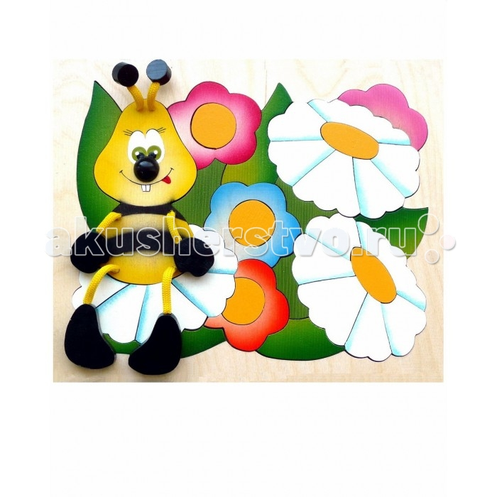 Vilac Мозаика-вкладыш ЛужайкаМозаика-вкладыш ЛужайкаКто сидит на симпатичной лужайке и рассматривает красивые цветы? Да ведь это же пчёлка, которая свесила свои ножки прямо нам на руки. Мозаика, благодаря этому, получается совершенно живая и очень необычная. Прямо к деревянной картинке крепятся объёмные детали: ручки, ножки, усики пчелы. Предложите ребёнку собрать полянку для своей новой подружки. Складывать цветы из кусочков не так просто, деталей достаточно много (34), поэтому нужно будет долго не отвлекаться от игры.  Основные характеристики:   Размер: 21 х 17 х 1 см Количество элементов: 34 шт.<br>