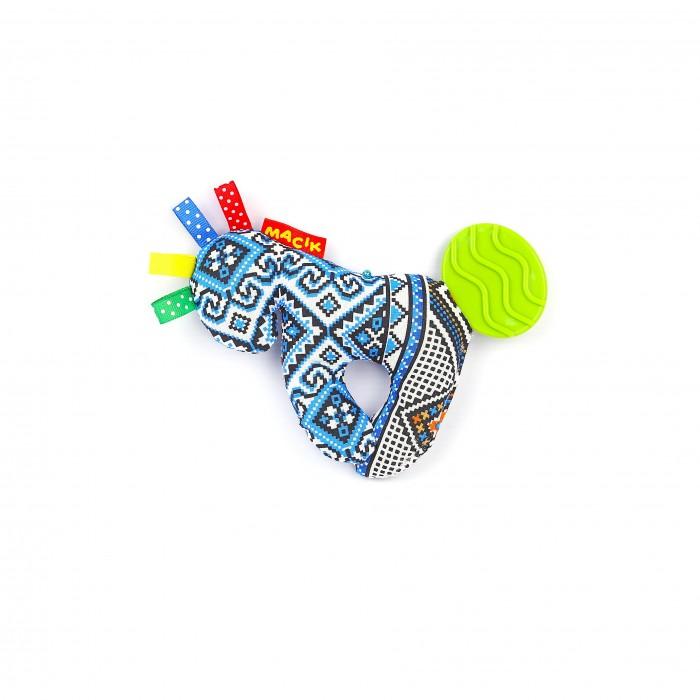 Погремушка Macik Лошадка с прорезывателемЛошадка с прорезывателемЛошадка с прорезывателем - Погремушка разработана специально для того чтобы малыш мог с интересом изучать окружающий мир.  Развивающие элементы: разноцветные петельки, растягивающиеся завитки, «вкусные» узелки которые можно жевать, хрустящие ушки, звенелка. Развивает тактильные ощущения, мелкую моторику, цветовосприятие, слух, массируют десна.   Изготовлена из натуральных слюновпитывающих материалов.<br>
