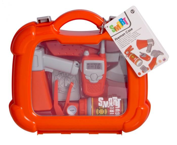 HTI Игровой набор пожарного в кейсеИгровой набор пожарного в кейсеИгровой набор пожарного Smart от производителя HTI позволит ребенку примерить на себя роль храброго и отважного спасателя, спешащего на помощь попавшим в беду.  Для связи со своими коллегами юный пожарный сможет воспользоваться служебной рацией, а для оповещения окружающих об опасности - рупором. Для проникновения в труднодоступные места в комплекте присутствует специальный пожарный топор, который отличается прочностью и огнеупорностью, а жетон, также входящий в комплект, сделает сюжетные игры еще атмосфернее.  Комплектация набора:  Огнетушитель; Рация; Топорик; Рупор; Жетон.  Основные характеристики:   Размер упаковки: 23.5 x 25 x 8 см Вес: 0,5 кг<br>