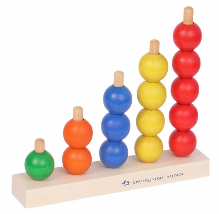 Деревянная игрушка Краснокамская игрушка Пирамидка РадугаПирамидка РадугаИгрушка выполнена из высококачественной экологически чистой древесины - береза, бук, липа. Ребенок должен собрать все шарики и разместить их по цветам, тем самым сложить их в нарядную, яркую лесенку.   Особенность игры и в том, что правил в ней нет, шарики можно смешивать между собой, перебирать и путать по цветам. Можно отнестись к ней серьезней и развивать первоначальные счетные навыки. При этом развивается фантазия и моторика рук малыша.   Миниатюрность отверстия в шарике и размер колышек помогут развить ребенку координацию движений, старательность, усидчивость. Как правило, незамысловатая на первый взгляд игра увлекает и завораживает гладкостью деревянных шариков, их ярким цветом. Пирамидка развивает детское воображение и побуждает малыша к экспериментам.   К ряду перечисленных выше плюсов игрушки, у ребенка так же развивается способность различать и называть цвета. Разнообразие в игру привносит обычная шнуровка, которая входит в комплект. Перевязывать шарики между собой, сплетать их в бусы и продолжать делать занятия с малышом увлекательными - основная задача Пирамидки Радуги.  Все детали полностью безопасны даже для самых маленьких малышей - от 3-х лет. Дерево идеально гладко обработано и не оставляет заноз. Игрушка покрыта специальными, безопасными для ребенка красками, которые не токсичны и соответствуют жестким государственным стандартам качества. Плюсом для заботливых родителей станет то, что деревянные игрушки устойчивы, практичны и долговечны, они не могут разбиться на мелкие осколки или раскрошиться, а потому не травматичны.<br>