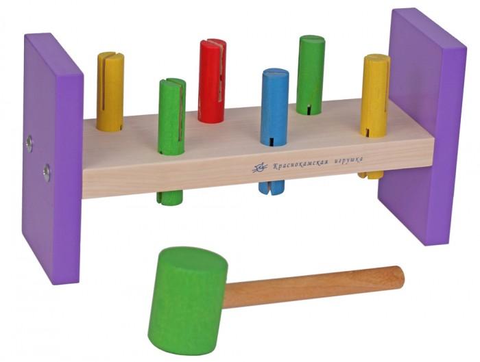 Деревянная игрушка Краснокамская игрушка СтучалкаСтучалкаУвлекательная развивающая игра «Стучалка» станет любимицей самых активных и любознательных детей в возрасте от года до трех лет. Правила крайне просты: нужно с помощью деревянного молоточка стучать по деревянным «гвоздикам» разных цветов и забивать их. Такое времяпрепровождение поможет ребенку:  развить мелкую моторику рук познакомиться с основными цветами научиться координации и точности сформировать первоначальные навыки счета  Набор «Стучалка» способствует развитию слухового и зрительного восприятия, дает ребенку первые представления о геометрии разных объектов, их форме, соотношении объектов. Это становится базой для дальнейшего формирования логики, пространственного мышления. Дополнительное преимущество набора – он предоставляет возможность выплеснуть лишнюю детскую энергию и направить ее в конструктивное русло.  «Стучалка» изготовлена из экологически чистых безопасных материалов (натуральная древесина, акриловые краски). За изделием просто ухаживать и очищать его в случае загрязнения. Еще на этапе производства игрушка проходит строгий контроль качества и соответствует самым жестким государственным требованиям к гигиеничности.<br>