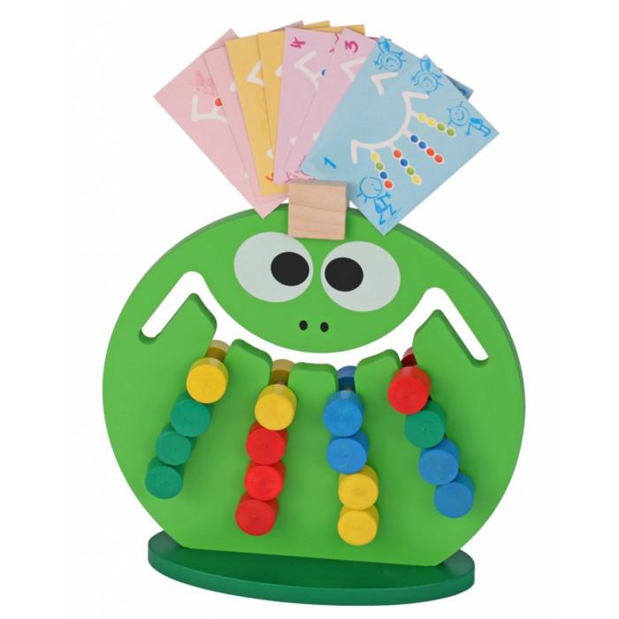 Деревянная игрушка Краснокамская игрушка Логическая игра ЛягушкаЛогическая игра ЛягушкаСимпатичная «Лягушка» жизнерадостного ярко-зеленого цвета сможет стать занимательным развлечением для детей от двух до семи лет и поспособствует его интеллектуальному и сенсорному развитию, а еще научит хорошо различать цвета.  В комплект входит: фигура «Лягушка» подставка десять карточек с заданиями  Сама «Лягушка» выглядит как конструкция, внутри которой проходят шесть прорезей - четыре длинные и две короткие. В них находятся фишки разных цветов, которые могут перемещаться по ним. Причем извлечь фишки нельзя - их можно только двигать внутри нее. Задача ребенка - выстроить их определенным образом, по заданию, которое можно найти в одной из приложенных карточек. Для того, чтобы сделать это, он должен будет одну за другой перемещать их - сдвигая лишние фишки в свободные канавки, а нужные выстраивая определенным образом. Чтобы не забыть задание - карточку с ним можно прилепить на лоб «Лягушке», там для этого предусмотрено специальное крепление.  Задания имеют разную специфику, а потому смогут увлечь ребенка надолго. Вместе с тем, когда все комплектные задания будут пройдены, родители смогут давать чаду свои задания, а может быть ребенок захочет поэкспериментировать и выставить фишки по-своему или придумав себе свое собственное задание. В любом случае, заскучать эта игрушка не даст. Но вместе с тем, это не просто забава, а еще и тренажер на развитие мелкой моторики, мышления - пространственного и логического, воображения, усидчивости, внимания и координации.  Игрушка и фишки выполнены из качественных пород дерева и окрашены безопасными для здоровья акриловыми красками.<br>