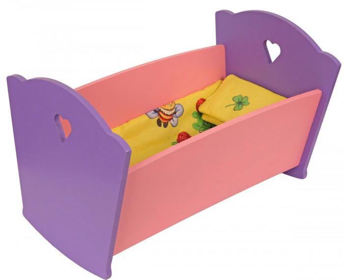 Кроватка для куклы Краснокамская игрушка с постельным бельемс постельным бельемМилая кроватка идеально дополнит серию кукольной мебели. Любая девочка будет в восторге от такого подарка. Ребёнок сможет полноценно самостоятельно играть и проводить время. В комплект также входит кукольное постельное белье приятного жёлтого цвета с иллюстрациями.  Каждая девочка любит играть с куклами, обустраивать им домик, следить за уютом — с этого и начинается подготовка к взрослой жизни. А в любом доме, даже кукольном, должна быть кроватка, где игрушечные обитатели детского мира смогут отдыхать. А наша кроватка ещё и из одного ансамбля с остальной кукольной мебелью.   Самое же интересное, что с такими игрушками будет весело играть и взрослым, проводя время с ребёнком. Ведь выглядит она как настоящая. Интересно, что кроватка изготовлена так, чтобы она могла раскачиваться.  Кроватка выполнена в мягких розово-фиолетовых тонах. Игрушка изготовлена из экологически чистых материалов: бук, берёза и липа. Окрашена исключительно акриловыми красками. Для ребёнка она не представляет совершенно никакого вреда.<br>