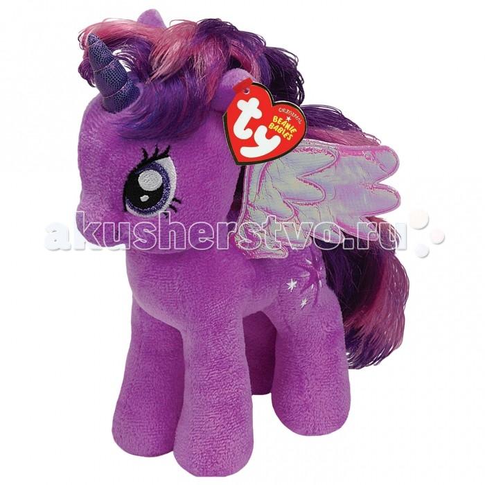 Мягкая игрушка My Little Pony Twilight Sparkle 20 смTwilight Sparkle 20 смМягкая игрушка My Little Pony - Twilight Sparkle 20 смиз всемирно известного и любимого детьми мультсериала под названием Мои Маленькие Пони - отличный подарок для малышки, которая с интересом просматривает каждую серию понравившегося сериала. Принцесса Твайлайт отличается нежно-фиолетовой шерсткой и гривой, напоминающей саму ночь. Она — пони-пегас с весьма пылким нравом, ведь в ней есть все качества лидера, а также живой ум. У нее есть фиолетовый рог с блестками, а также восхитительные крылышки пурпурного цвета. Игрушка выполнена исключительно из высококачественных материалов. Ее шерстка очень приятна на ощупь, а из длинной гривы можно создавать различные прически.  Возраст: от 3 лет Размер игрушки: 20 см<br>