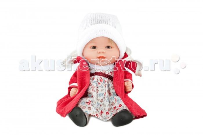 Dnenes/Carmen Gonzalez Кукла-пупс Бебетин в красном пальто 21 смКукла-пупс Бебетин в красном пальто 21 смКукла-пупс Бебетин в красном пальто 21 см - очень красивая кукла-пупс испанского производителя традиционных кукол для детей Dnenes.  Кукла одета в нарядное платье и красное пальто. Светлое платье в мелкий цветочек имеет короткие рукава, декоративный воротничок-стоечку и застежку - «липучку» на спине. Платье декорировано на груди бордовой лентой. Из под кокетки выходят мягкие складки, что делает юбку очень пышной. Пальто сшито из красной велюровой ткани и имеет длинные рукава. Изюминкой пальто является двухслойный воротник. Нижний слой воротника образует пелерину. Воротник и манжеты рукавов декорированы белой тесьмой.  У куклы светлые волосы, хорошо прошитые. Глаза серо-голубые, стеклянные, без ресничек, не закрываются. На голове у куклы белая шапочка из тонкого трикотажа с отворотом.   Ножки имеют форму близкую к анатомической. На ножках одеты белоснежные трикотажные гольфы и черные пластиковые туфельки. В комплект входят белые трикотажные трусики.  Кукла не имеет запаха и обладает приятным тактильным эффектом. Кукла Carmen Gonzalez продается в красивой подарочной коробке с прозрачным окошком.<br>
