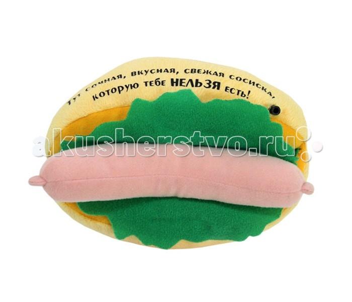 Мягкая игрушка Ваш подарок Бутерброд с сосискойБутерброд с сосискойВаш подарок Интерактивная игрушка Бутерброд с сосиской   Работая на сенсоре, остроумный хот-дог-магнит будет над Вами подшучивать, когда Вы будете проходить рядом с ним. Повесьте его на дверцу холодильника и порадуйте домочадцев.   Фразы:  Помни, ты на диете!  Не делайте из еды культа, прошу Вас!  Слушай, избыток пищи мешает тонкости ума.  Стой, холодильник закрыт!  В конце концов-то, хватит жрать.  Но, но, но, кто-то слишком много ест…  После шести есть нельзя, а после восьми можно.   Во первых эти фразы – напоминалки точно обозначат для всех членов семьи что кто то полез в холодильник, во вторых будут давить на совесть желающего полакомится и набрать лишние калории. Если Бутерброд с сосиской уж слишком достанет своими едкими фразами то можно перекрепить магнит на боковую стенку холодильника и он будет включаться только при включении и выключении света. Можем порекомендовать «Бутерброд с сосиской для похудения» всем без исключений.  Комплектация: батарейки формата ААА 2 шт.  Размер изделия (Длина): 12 см.<br>