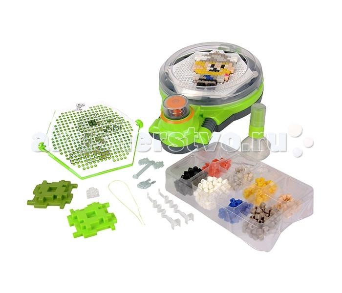 Qixels Набор для творчества Турбо сушкаНабор для творчества Турбо сушкаQixels Набор для творчества Турбо сушка  Замечательный набор для тех, кто любит необычное творчество и оригинальные игрушки, созданные собственными руками! Наборы для хобби и творчества Qixels (Квикселс) – это миниатюрные разноцветные кубики, которые скрепляются с помощью обыкновенной воды! Создайте фигурку, смочите её водой, поместите в турбо-сушку и дождитесь полного высыхания. Всего через каких-то 15 минут Ваша фигурка будет готова и с ней можно играть как с обычной игрушкой! Игровой набор подойдет как для мальчиков, так и для девочек. Вы можете использовать готовые лекала, входящие в комплект набора или фантазировать на свободные темы!  В комплект набора входит: 1 x Турбо сушка; 500 x кубиков; 2 x дизайн лотка; 4 x дизайн лекала; 2 x Опоры; 2 x Базы; 2 x Аксессуара; 1 x бирка и нить; 1 x емкость для хранения кубиков; 1 x распылитель для воды; 1 x инструкция.<br>