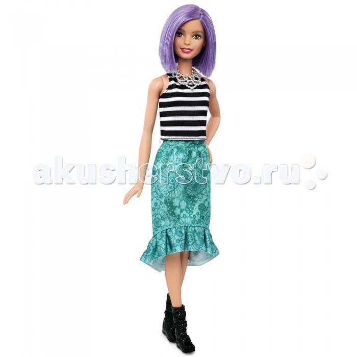 Barbie Кукла Барби Игра с модой с фиолетовыми волосамиКукла Барби Игра с модой с фиолетовыми волосамиBarbie Кукла Барби Игра с модой с фиолетовыми волосами  Набор одежды подобран в ярком стиле. Майка в черно-белую полоску отлично сочетается с прямой зеленой юбкой, по низу которой проходит оборка.   На ногах куклы черные полусапожки на прямой подошве. Дополнением наряда служит шикарное серебристое колье.   У Барби ровно подстриженные нежно-фиолетовые волосы средней длины. Голова куклы поворачивается, руки и ноги можно поднимать и опускать.   Новый гардероб для Барби можно приобрести отдельно.   Высота куклы: 30 сантиметров.  Игрушка продается в блистерной упаковке.  Рекомендуется детям старше 3 лет.<br>