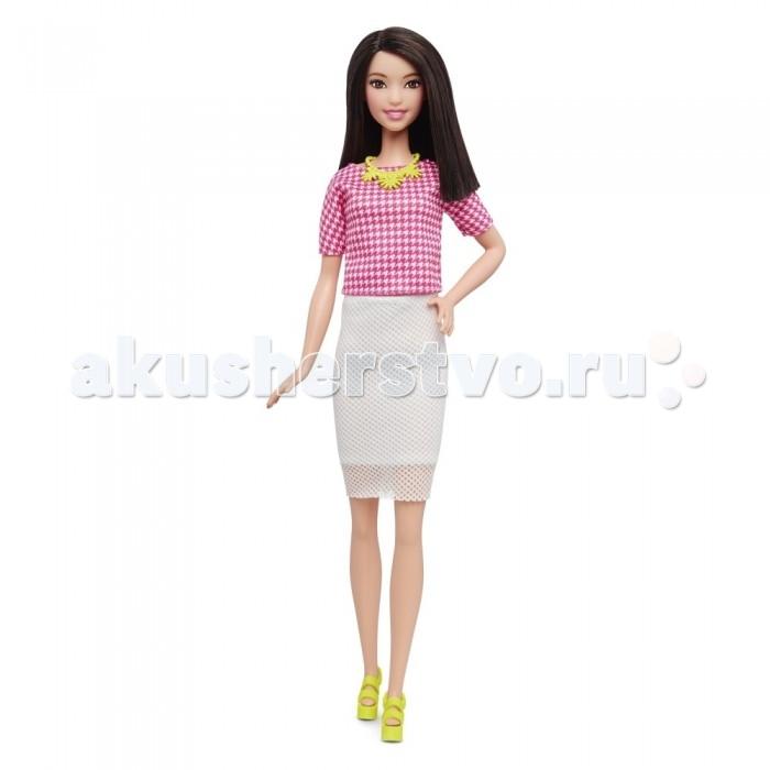 Barbie Кукла Барби Игра с модой шатенка в белой юбкеКукла Барби Игра с модой шатенка в белой юбкеBarbie Кукла Барби Игра с модой шатенка в белой юбкеодета по последнему слову моды. Розово-белая блузка прямого покроя с рукавами три четверти не имеет воротника.  Прямая облегающая белая юбка, выполнена из трикотажной ткани-сеточки. Благодаря нижней юбке ткань не просвечивается.   Отличным дополнением к наряду Барби идут ярко-желтые босоножки на высокой платформе, а также красивое желтое ожерелье. Темные волосы куклы средней длины ровно подстрижены. Волосы можно причесывать. Кукла станет настоящей подругой для девочки.  Высота куклы: 30 сантиметров.  Игрушка продается в блистерной упаковке.  Рекомендуется детям старше 3 лет.<br>