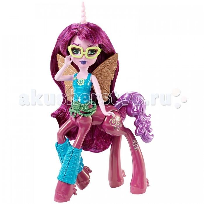 Monster High Кукла кентавр Penepole SteamtainКукла кентавр Penepole SteamtainКукла кентавр Монстр Хай Penepole Steamtain - просто красотка.   Розовый цвет кожи кукла отлично сочетается с ярко-фиолетовыми волосами и темно-лиловым телом кентавра, которое переливается блеском. На голове куклы длинный закрученный рог розового цвета.   Стильный наряд куклы включает в себя ярко-голубую майку и голубые наколенники с различными узорами. Широкий зеленый пояс в виде бус хорошо гармонирует с одеждой. На спине куколки есть крылья как у бабочки.   Голова куклы поворачивается, руки поднимаются и опускаются.   Высота фигурки: 15 сантиметров.  У куклы подвижные конечности.<br>