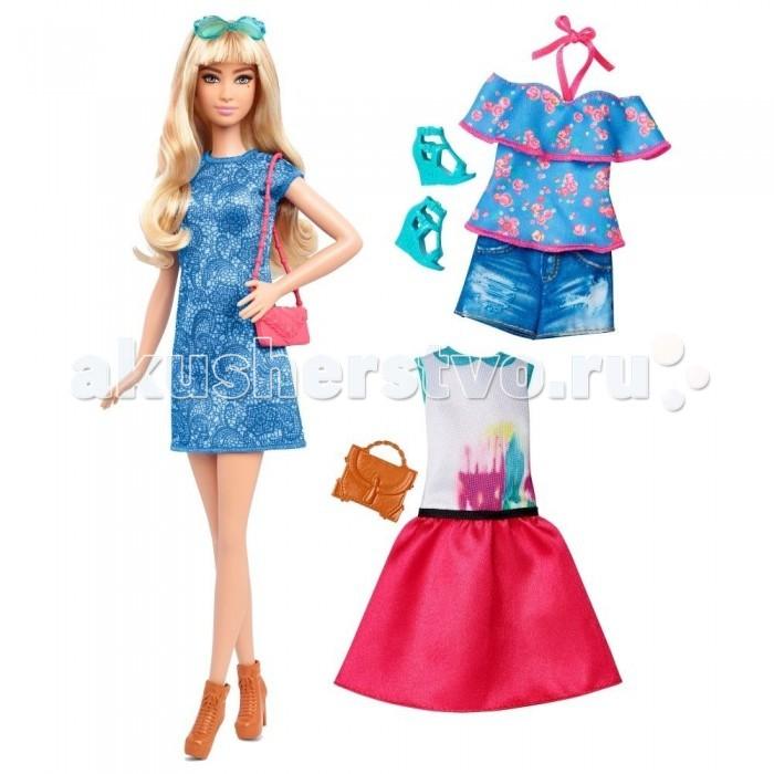 Barbie Кукла Барби в голубом платье с набором одеждыКукла Барби в голубом платье с набором одеждыКукла Барби в голубом платье с набором одежды обязательно понравится вашей малышке. Кукла одета в красивое голубое платье прямого покроя. Шикарные волосы куклы можно причесывать обычной расческой.   Хорошим дополнением к платью идет стильная розовая сумочка через плечо, терракотовые полуботинки и очки в бирюзовой оправе.   В комплектации имеются еще два комплекта одежды – модные джинсовые шортики и симпатичная маечка с открытыми плечами, а также коктейльное платье с розовой юбкой и светлым верхом. Бирюзовые босоножки и небольшая сумочка будет хорошо сочетаться с любым из перечисленных нарядов.   Высота куклы – 30 сантиметров.   В комплект входит: кукла, 2 дополнительных комплекта одежды, бирюзовые босоножки, 2 сумочки.   Упаковка блистерного типа отлично подойдет в качестве подарка.<br>