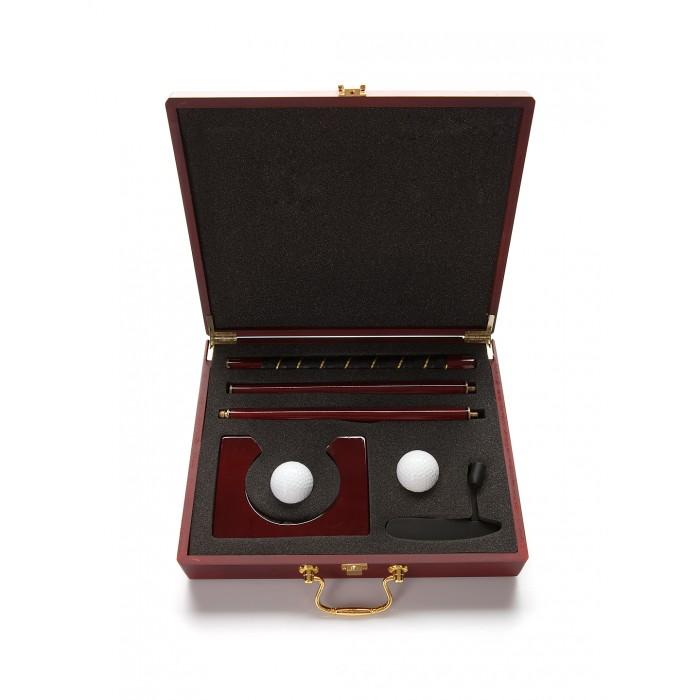 Partida Набор для гольфа в деревянном кейсеНабор для гольфа в деревянном кейсеНабор для гольфа Partida в деревянном кейсе – это прекрасная альтернатива профессионального гольфа.  Комнату, офисный кабинет можно оборудовать для минигольфа, а набор из нужных принадлежностей всегда будет с вами.  В деревянном красивом сейфе сложены два мячика для гольфа, клюшка собирается из трех деталей и самый важный элемент – лунка.   Кейс небольшого размера, но каждая деталь, кроме шаров и лунки, изготовлена из качественного материала – дерева.    Особенности: надежный замок – в случае падения спортивный инвентарь удерживается внутри лакированная поверхность совершенство дизайнерского решения   В комплекте: 2 мячика  сборная клюшка  лунка<br>