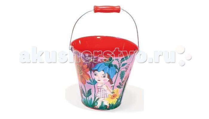 Vilac Ведро Дюймовочка 18 смВедро Дюймовочка 18 смVilac Ведро Дюймовочка 18 см V8603  Красочному ведерку обрадуется любой малыш, ведь оно выполнено в морской тематике. Для любителей игр с песком без ведра не обойтись. С его помощью можно делать куличики, строить домики или переносить песок, воду, траву.  Ведро выполнено в голубом цвете и украшено яркими картинками: морем, маяком, корабликом и моряком, что позволит не затеряться ему в песочнице среди других игрушек. Внутри ведерко окрашено в ярко-желтый цвет. Игрушка имеет металлическую ручку с деревянным держателем. Держатель очень удобный и разработан специально для детской руки.Во время таких игр у детей развивается моторика и координация. Также ведро можно использовать на даче или пойти с ним в лес.  Высота: 18 см<br>
