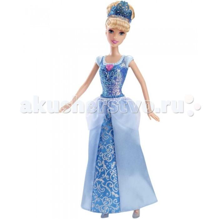 Disney Кукла Принцесса ЗолушкаКукла Принцесса ЗолушкаПринцесса Диснея Золушка из серии кукол в сверкающих платьях - прекрасная игровая кукла для маленькой поклонницы знаменитых красавиц студии Disey и волшебных сказочных историй!  Кукла Золушка одета в платье наполовину сшитое из ткани, наполовину пластиковое. Верх платья отлит прямо на туловище куклы и не может быть снят. Он представляет собой имитацию рубашки с коротким рукавом и надетым сверху корсетом. Корсет обильно покрыт рельефными узорами и блестками, поэтому сверкает и переливается, как драгоценный камень на свету! По центру корсета находится розовый камешек в форме сердечка, так как сердца или розочки постоянно сопровождают Золушку, в каком бы наряде она ни предстала перед нами.  Сверху на куклу надета юбка из ткани. Основная часть юбки окрашена в синий цвет, а сверху к поясу пришита небольшая полупрозрачная ткань, покрытая блестками, как и корсет. Все вместе очень празднично и нарядно смотрится на принцессе Disney, идеально для бала или званого вечера! У куклы Золушки густые прошитые волосы насыщенного золотистого цвета. Они убраны в высокую прическу, которую держит голубая диадема. На ногах красавицы Диснея - знаменитые хрустальные туфельки, изготовленные из полупрозрачного белого пластика.<br>