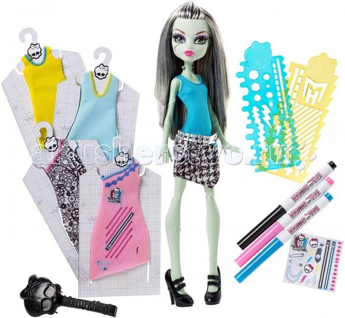 Monster High Игровой набор Стильная Фрэнки ШтейнИгровой набор Стильная Фрэнки ШтейнФрэнки Штейн - дочь великого доктора Франкенштейна. Она очень необычная девочка, ведь практически на всем ее теле можно найти небольшие швы. На шее у Фрэнки есть 2 болта, через которые она может пропускать электричество.  Фрэнки решила стать модным дизайнером и открыть свой бутик стильной одежды. Нужно сказать, что это у нее получилось отлично. Дизайнерские наряды Фрэнки весьма необычны и креативны. Подружки Фрэнки с нетерпением ждут от нее новую коллекцию.  В наборе собрано 5 платьев, которые необходимо декорировать с помощью маркеров, трафаретов и наклеек.<br>