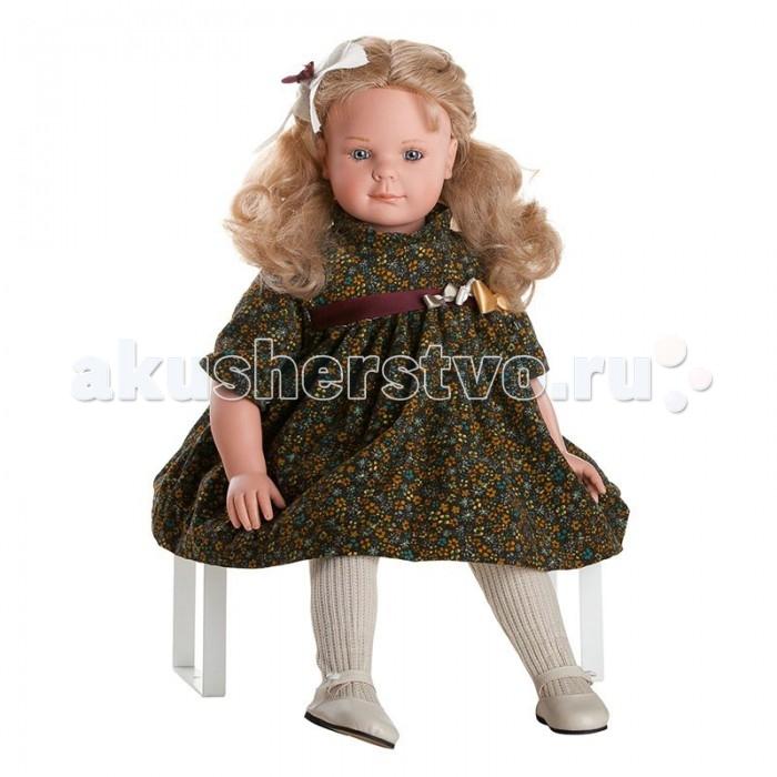 Dnenes/Carmen Gonzalez Кукла Андреа в цветочном платье и жакете 60 смКукла Андреа в цветочном платье и жакете 60 смКукла Андреа в цветочном платье и жакете - большая и привлекательная кукла-девочка испанского производителя традиционных кукол для детей Dnenes.  Кукла Андреа в цветочном платье и жакете очень похожа на настоящую девочку. У неё трогательное лицо маленькой озорной девочки и лучистый взгляд. Любая девочка будет в восторге от этой куклы.  Кукла выполнена в сидячей позе.   Яркое вельветовое платье с золотыми цветами на черном фоне выглядит роскошно и теплый светлый жакет только подчеркивает это впечатление. Платье имеет рукава три четверти, декоративный воротничок-стоечку и застегивается сзади на пуговицы. Классический фасон платья на кокетке и подъюбник из хлопчатобумажной ткани делает юбку длинной и пышной. На груди декоративный элемент из атласных лент - пояс вишневого цвета с двумя бантами. В комплект входят плотные бежевые вязаные колготочки. На ножках одеты бежевые туфельки с застежками-пуговичками.  Волосы светлые, волнистые, хорошо прошитые. Глаза ярко-серые, стеклянные, обрамлены ресничками, не закрываются. Тело комбинированное: твердый винил, мягко набивные вставки. Без запаха. Кукла сидит.  Кукла не имеет запаха и обладает приятным тактильным эффектом.  Коллекционная кукла Carmen Gonzalez продается в красивой подарочной коробке.<br>