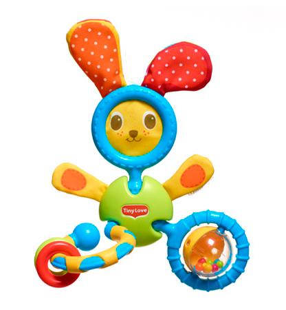 Погремушка Tiny Love Заяц КоськаЗаяц КоськаПогремушка Tiny Love Заяц Коська - трансформер, станет лучшим другом для вашего крохи. Он очень яркий и веселый. Такая игрушка подарит массу приятных эмоций и будет стимулировать развитие крохи. Пусть вашего малыша окружают только качественные и яркие игрушки, ведь таким образом малютка не только более интересно проводит время, но и может узнать что-то новое, многому научиться.  Особенности: Она сделана из качественного пластика и текстиля Может крепиться на кроватку или коляску. Для этого есть специальное незамкнутое колечко У игрушки очень забавная мордашка с нарисованными глазками, носиком и ротиком С обратной стороны вы найдете безопасное зеркальце, в которое кроха может смотреться Ушки мягкие. Они разные с двух сторон Головка и ножки подвижные На одной ножке есть колечко с рифленой поверхностью Вторая ножка тоже сделано в виде кольца, внутри которого есть прозрачный мячик с шариками внутри<br>