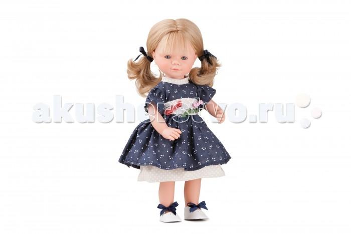 Dnenes/Carmen Gonzalez Кукла Мариэтта в нарядном платье с подъюбником 34 смКукла Мариэтта в нарядном платье с подъюбником 34 смКукла Мариэтта в нарядном платье с подъюбником - очаровательная кукла-девочка испанского производителя в модном наряде.  Девочка одета в нарядное комбинированное платье. Платье имеет короткие рукава, декоративный воротник-стоечку, двухъярусную юбку и застежку- липучку на спине. Платье комбинированное. Основа платья - темно-синяя ткань в мелкий цветочек, а воротник и нижний ярус юбки - бежевый в горошек. Украшением платья является широкий пояс с бантиками. В комплект входят трикотажные трусики. На ногах белоснежные кожаные туфельки с завязками из темно-синих атласных лент.  Густые и пышные волосы собраны в два хвостика при помощи синих атласных лент. Волосы светлые, хорошо прошитые. Глаза серые, стеклянные, обрамлены ресничками, не закрываются.   Кукла не имеет запаха и обладает приятным тактильным эффектом.  Кукла Carmen Gonzalez продается в красивой подарочной коробке с прозрачным окошком.<br>