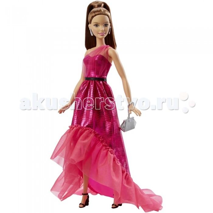 Barbie Кукла Барби шатенка в вечернем платьеКукла Барби шатенка в вечернем платьеКукла Барби шатенка в вечернем платье просто восхитительна.   Ее длинные темные волосы аккуратно убраны в высокий хвост.   Ярко-розовое платье украшено блестками. Поверх топа через левое плече проходит розовая прозрачная ткань. На талии тонкий черный поясок.   Длинная юбка, косая к низу, украшена оборками из прозрачной блестящей ткани.   Стильные черные босоножки, серые свисающие сережки и сумочка хорошо дополняют ее одежду.   Голова куклы поворачивается, а руки и ноги можно поднимать. Самостоятельно кукла стоять не может.   Игрушка продается в красочной блистерной упаковке.   Высота куклы: 30 сантиметров.<br>