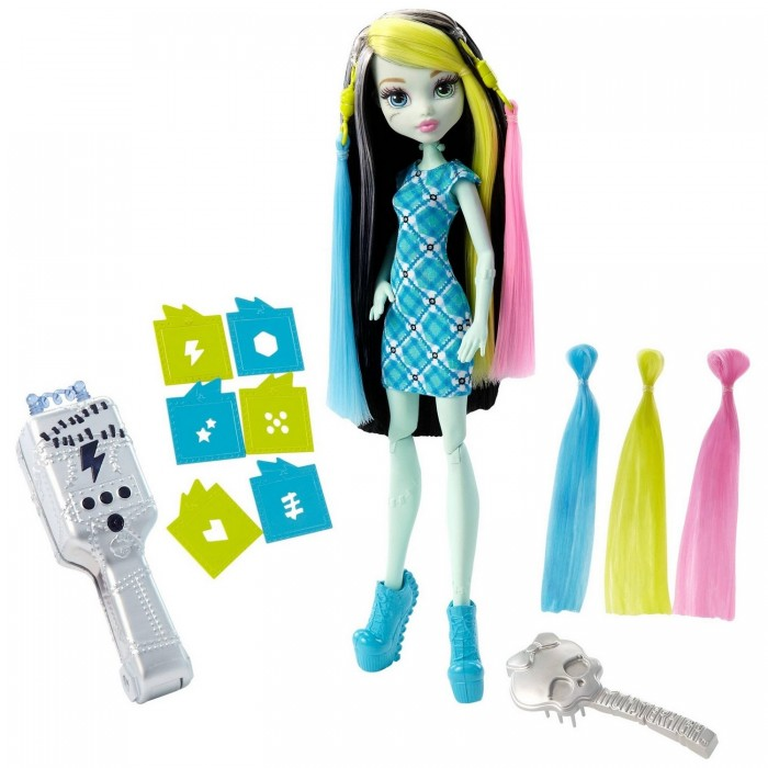 Monster High Игровой набор Стильная прическа ФрэнкиИгровой набор Стильная прическа ФрэнкиИгровой набор «Стильная прическа Фрэнки» включает в себя куклу с ультрафиолетовыми щипцами.   Кукла одета в прямое короткое платье в сине-зеленую клетку. Ноги обуты в голубые туфли на высокой платформе.   Черные волосы куклы имеют белые и розовые пряди. С помощью специальной серой расчески в виде черепа, волосы можно расчесывать.   В набор также включены пряди желтого и голубого цветов, которые присоединяются к голове при помощи специальных крепежей, напоминающих вилки электроприборов.   В наборе присутствует множество насадок на щипцы. Если приложить щипцы в прядям на волосах и подержать 15 секунд, то на волосах получится принт, который выбит на насадке. Спустя какое-то время рисунок исчезает и можно продолжать эксперименты дальше.   Кукла высотой 26 сантиметров.   В комплект входит: кукла, 2 накладные пряди, расческа, 6 трафаретов, 3 батарейки AG13.   Игрушка продается в блистерной упаковке.<br>