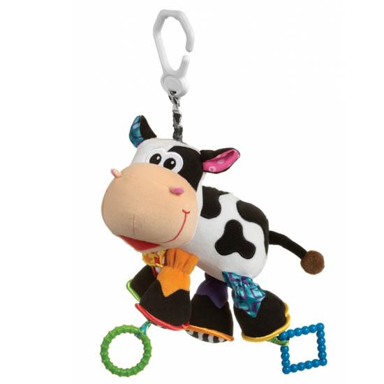 Подвесная игрушка Playgro Корова 0182953Корова 0182953Мягкая игрушка Корова от фирмы Playgro, обязательно понравится вашему малышу. Игрушка имеет удобное колечко, чтобы можно было прикрепить ее к сидению, коляске или кроватке. Когда малыш тянет ее вниз, корова начинает вибрировать, возвращаясь в исходное положение. Внутри подвески имеется погремушка, которая весело озвучит игру ребенка с ней. Игрушка уже с первых дней покажет, насколько она полезна, ведь она поможет развить все чувства: моторику, зрительную координацию, слух, а также причинно-следственные связи. Все это возможно благодаря различным фактурам на лапках и контрастной расцветке.<br>