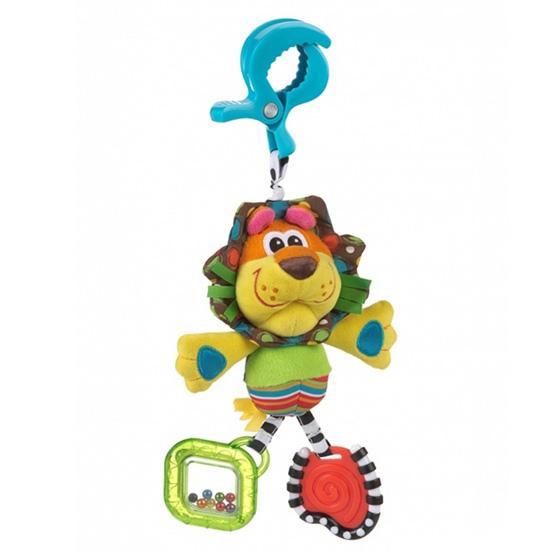 Подвесная игрушка Playgro Львенок 0182853Львенок 0182853Мягкая игрушка Львенок от фирмы Playgro, обязательно понравится вашему малышу. Игрушка имеет удобная прищепка, чтобы можно было прикрепить ее к сидению, коляске или кроватке.  Внутри подвески имеется погремушка, которая весело озвучит игру ребенка с ней. Игрушка уже с первых дней покажет, насколько она полезна, ведь она поможет развить все чувства: моторику, зрительную координацию, слух, а также причинно-следственные связи. Все это возможно благодаря различным фактурам на лапках, прорезывателю и контрастной расцветке.<br>