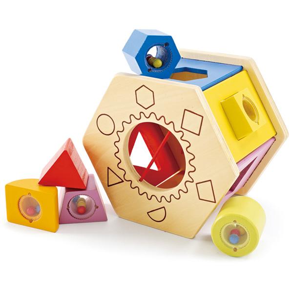 Деревянная игрушка Hape Сортер Е0407Сортер Е0407Шестигранный деревянный сортер с цветными фигурными блоками, заполненными бусинками.   Игрушка развивает когнитивные навыки, концентрацию и навыки мелкой моторики. В процессе игры ребенок учится распознавать цвета и формы.  Рекомендован для детей от 12 месяцев.   Размер упаковки: 15,5 х 12,5 х 18 см Размер игрушки: 17 х 15,2 х 11,9 см<br>