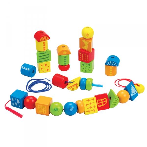 Деревянная игрушка Hape Конструктор Е1019Конструктор Е1019Малыш сможет не только строить из деревянных кубиков всевозможные строения, но и нанизывать на веревочки, которые входят в комплект. Таким образом, можно создать поезд, гусеницу, башенку и много прочих забавных конструкций. Благодаря большому количеству задач, малыш сможет разивать свою координацию, ловкость пальчиков, научится логически мыслить, понимать причинно-следственные связи.  Размер упаковки: 25,5 х 7,5 х 24 см<br>