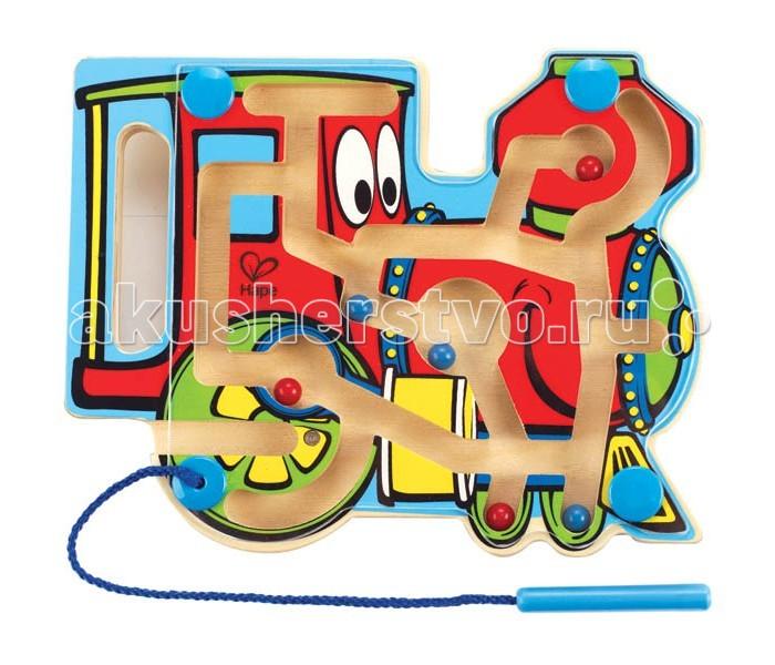 Деревянная игрушка Hape Лабиринт Паровозик Е1701Лабиринт Паровозик Е1701Внутри лабиринта находятся разноцветные шарики-магниты, малыш подносит указку к шарику, тот примагничивается и он передвигает его по лабиринтам в нужный отсек.   На передней панели паровозик арасположена прозрачная пластиковая панель, которая надежно хранит шарики внутри. Указка прикреплена к лабиринту текстильным шнуром. Игрушка способствует развитию моторики, стимулирует визуальное восприятие, когнитивное мышление, развивает интеллектуальные способности и воображение.   Размер упаковки: 20 х 3 х 25 см  Размер игрушки: 19.6 х 15.6 х 2 см<br>