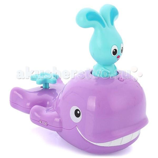 Ouaps Игрушка для ванной Бани Лови волнуИгрушка для ванной Бани Лови волнуИгрушка «Банни, лови волну» станет прекрасным развлечением и отличным поводом для очередных водных процедур. В то время, когда кит животом касается воды, срабатывают сенсоры и начинает звучать веселая музыка.   Кроме этого кит, как и настоящий, умеет пускать фонтаны воды. Для этого на его хвосте находится специальная кнопка, с помощью которой ребенок сможет накачать в игрушку воду. Во время плавания на ките, зайчик Банни разговаривает и поет песенки. Его так же можно снять с кита и играть с ним отдельно, как с фигуркой.   Эта игрушка сможет не только развлечь ребенка и подарить ему прекрасное настроение, но и научить его причинно следственным связям, а так же развить координацию его движений и мелкую моторику. Девиз и принцип компании производителя Quaps — обучение через развлечение и побуждение ребенка к игре, поэтому эта красочная игрушка для ванной доставит малышу настоящее удовольствие. Игрушка изготовлена из прочного и безопасного для детей пластика.  Из чего сделана игрушка (состав): пластмасса. Размер коробки (длн-шрн-вст): 19 х 14 х 19 см. Вес: 0.35 кг.<br>