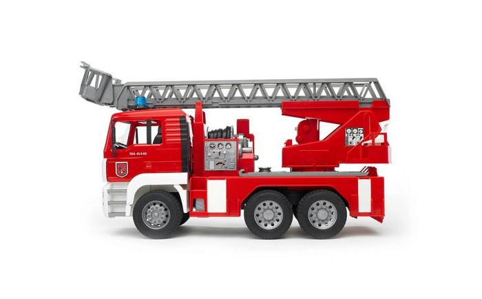 Bruder Пожарная MAN автокранПожарная MAN автокранПожарная машина с выдвижной двухуровневой лестницей является одной из самых популярных игрушек Bruder.  Длина стрелы 80см. Лестница меняет угол наклона и выдвигается специальной ручкой.  К лестнице прикреплена люлька, которая меняет угол наклона.  Машина оснащена пожарным рукавом с ёмкостью для воды и функционирующим помповым насосом.  Платформа машины поворачивается на 360°, зеркала складываются, есть ящик для инструментов, водительская кабина откидывается (открывается доступ к двигателю), оснащёна четырьмя опорами для устойчивости.  Колёса прорезинены.  Специальный модуль с мигающими лампочками и звуком продолжительностью 18 секунд (4 режима - гудок, звук двигателя, мигающие лампочки, сирена с 2 вариантами – американская, европейская).  В наборе пожарная машина, модуль со световыми и звуковыми эффектами и батарейки  Размер упаковки: 52,5*18*27,5  Возраст: от 2 лет Модель 1:16.<br>