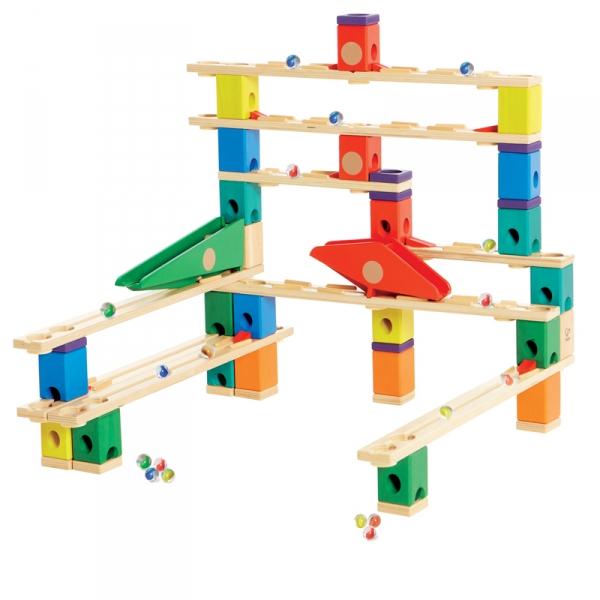 Деревянная игрушка Hape Конструктор Quadrilla Е6006Конструктор Quadrilla Е6006Игровой набор состоит из множества разноцветных кубиков с отверстиями. Кидая разноцветные шарики в воронку, малыш наблюдает, как они скатываются вниз по выстроенным лабиринтам. Вид конструкции малыш может менять на свое усмотрение.  Малыш может играть как самостоятельно, так и в компании друзей или родителей.  Игра развивает навыки мелкой моторики, воображение, пространственное мышление, позволяет юному строителю проявить свой творческий потенциал. Способствует осознанию причинно-следственных связей.  Состав: дерево, пластик, элементы из стекла.<br>