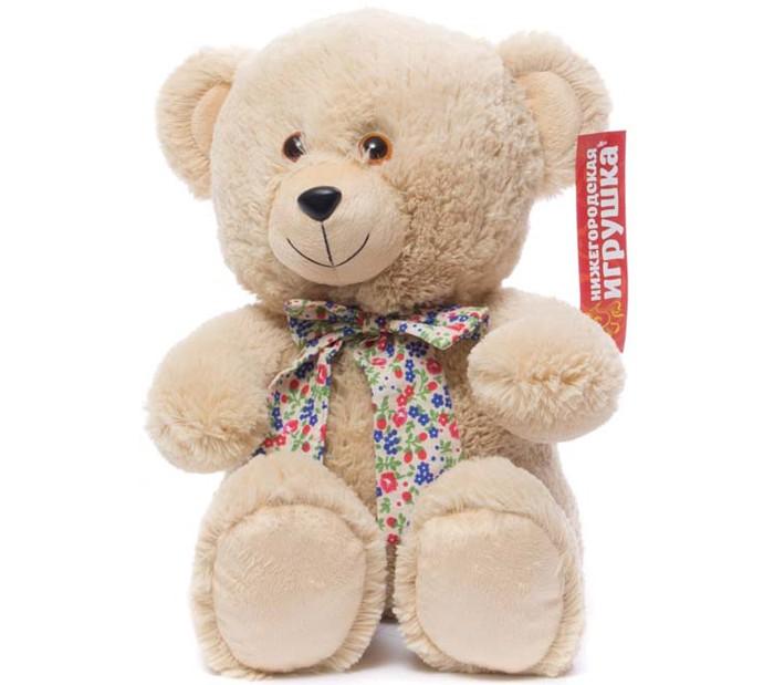 Мягкая игрушка Нижегородская игрушка Медведь с бантом сидитМедведь с бантом сидитМедведь с разноцветным бантом на шее непременно станет настоящим любимцем.   Веселый пушистый медвежонок с подвижными лапами изготовлен из высококачественного, гипоаллергенного искусственного меха и синтетического наполнителя, которые безопасны для здоровья ребенка.   Очаровательный мишка выглядит с милой мордочкой непременно поднимет настроение даже в самый грустный день. Его приятно держать в руках или спать с ним в одной кровати.  Играя с медвежонком у ребенка формируются новые навыки, развиваются тактильные ощущения и фантазия.<br>