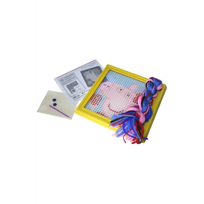 Peppa Pig Набор для вышивания МодницаНабор для вышивания МодницаPeppa Pig Набор для вышивания Модница.  Набор для творчества Peppa Pig Модница от бренда Peppa Pig имеет все нужные материалы для создания красивой вышивки. На специальную основу, которая уже натянута на раму, нанесен рисунок свинки Пеппы. При помощи пластиковой безопасной иголки ребенок сможет вышить изображение, используя нужные по цвету нитки мулине. После того, как он завершит работу, останется только пришить вращающиеся глазки, которые добавят живости яркому изображению.  Комплект: канва с нанесенным рисунком, рамка для картины, нитки, иголка, вращающиеся глазки с клеевым слоем.<br>