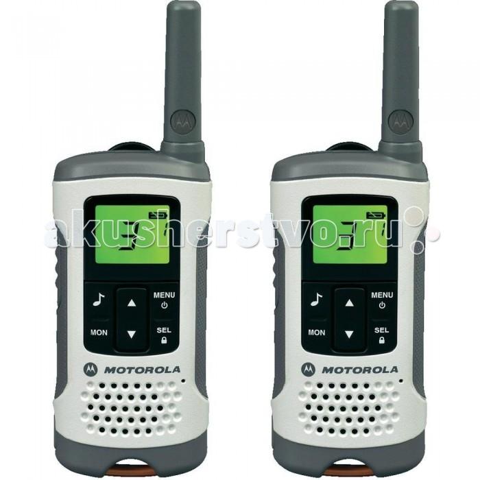 Рация Motorola TLKR T50TLKR T50Motorola Рация TLKR T50 - это простое, удобное, компактное и недорогое устройство связи, предназначенное для семейного пользования и путешественников. Взять с собой такого помощника можно в большой торговый комплекс, в лес, на пляж, рынок или ярмарку, чтобы не потеряться среди природных красот или толпы людей.  Прочный корпус из высококачественного пластика с шероховатой поверхностью позволяет удобно держать рацию, не опасаясь ее выскальзывания из рук. Есть отверстие для крепления шнурка и крепеж для ремня. Дисплей подсвечивается для удобства использования в ночное время. Время автономной работы Motorola TLKR T50 достигает 16 часов.  С Motorola TLKR T50 можно наслаждаться природой не опасаясь того, что не получится выйти на связь с близкими или деловыми партнерам.  Особенности: 8 каналов; мощность — 0,5 Вт; радиус действия до 6 км; большой ЖК-экран с подсветкой; индикатор заряда батареи; сканирование; блокировка кнопок; функций VOX; автоматическое шумоподавление; таймер; 38 CTCSS/ 83 DCS; автоотключение; работает от 4-х батареек типа ААА.  Комплектация: аккумуляторы- 2 шт. сетевой адаптер два крепежа на ремень<br>