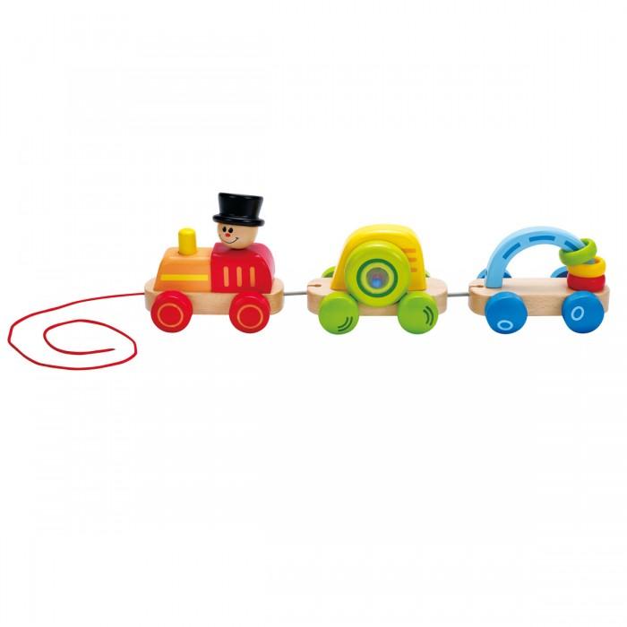 Каталка-игрушка Hape ПаровозикПаровозикHape Каталка Паровозик состоит из паровозика и 2-х вагонов, которые можно отсоединять друг от друга и играть отдельно.   Особенности: У паровозика длинная веревка, с помощью которой малышу удобно катать игрушку. Внутри первого вагона находятся разноцветные шарики, они весело гремят при движении.  У второго вагона есть арка, на которую нанизаны разноцветные колечки, их можно перекидывать с одной стороны арки на другую.  Яркие цвета и подвижные элементы привлекают внимание малыша, побуждают к изучению, движению, также игрушка способствует развитию моторики, координации.<br>