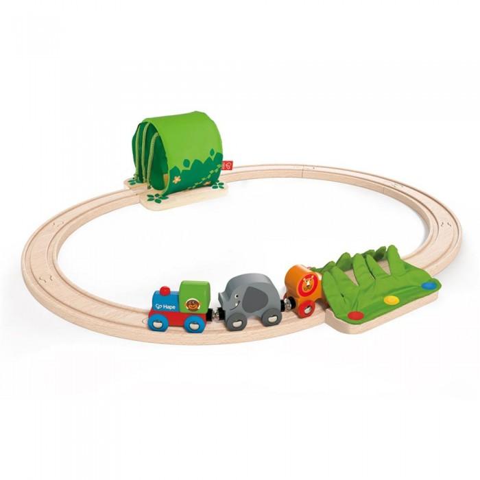 Hape Развивающий набор Железная дорога E3800Развивающий набор Железная дорога E3800Hape Развивающий набор Железная дорога E3800 - это первая железная дорога малыша.  Особенности: Легко собирается, состоит только из крупных элементов, таит в себе много забавных игр и приключений.  К паровозику, при помощи магнитных элементов, присоединяются 2 пассажира лев и слоник.  Тоннель и имитация травы располагаются на противоположных сторонах путей.<br>