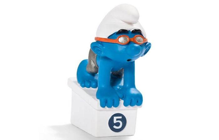 Schleich Игровая фигурка Гном ПловецИгровая фигурка Гном ПловецНа старт! Внимание! Марш! Когда наш известный спортсмен – пловец Смурф ныряет в воду и плывет навстречу своей золотой медали, вода в бассейне кажется еще голубее, чем она есть на самом деле.   На протяжении многих лет компания Schleich выпускает серию смурфов, которые копируют самых известных и любимых героев, а также волшебные домики для них. Все фигурки раскрашены вручную, не содержат аллергических добавок.<br>