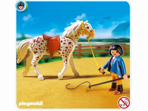 Конструктор Playmobil Конный клуб: Кнабструбская лошадь со стойломКонный клуб: Кнабструбская лошадь со стойломЭто лошадка имеет пятнистый окрас, что делает её очень заметной среди других пород.   Кнабструпская порода возникла в Дании примерно в начале 19 века.   Эти животные умны, грациозны, легко обучаемы, поэтому их часто используют во время выступления в цирке.   В комплекте Playmobil фигурка лошади пятнистого окраса, фигурка человечка (высота 7,5 см), стойло открытого типа, кормушка, еда для животного, вилы и некоторые другие аксессуары.<br>