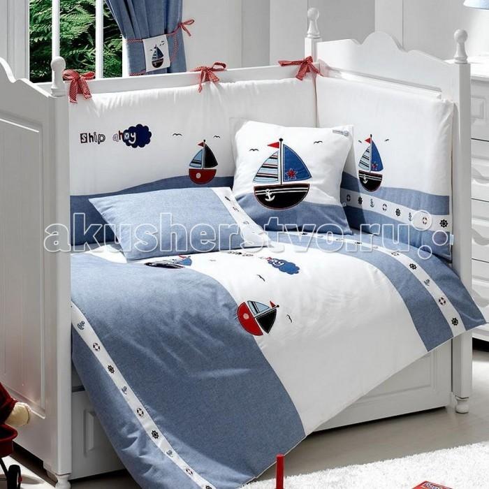 Комплект в кроватку Fiorellino Marine 120x60 (5 предметов)Marine 120x60 (5 предметов)Коллекция Fiorellino Marine – это очарование морского настроения, которое несомненно придётся по вкусу юному искателю приключений. Рисунки корабликов и сочетание морских оттенков от глубокого синего до пастельно-серого – то, что нужно малышу для того, чтобы чувствовать себя уютно и защищёно.   В комплекте: одеяло 100х130 см пододеяльник 100х130 см простынь на резинке 60х120 см наволочка 40х60 см бампер по периметру кроватки  Особенности комплекта: натуральный хлопок искусный декор нежные гипоаллергенные ткани не будут раздражать даже самую чувствительную детскую кожу мягкие бортики для кровати подарят малышу ещё больше уюта удобные ленты-завязочки одеяло и бортики: современный и практичный наполнитель полиэстер съёмные чехлы бортиков можно стирать при температуре 30°С в бережном режиме<br>