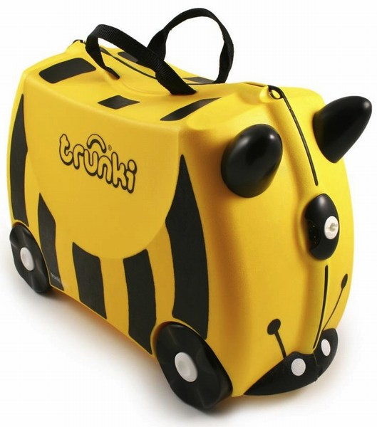 Trunki Чемодан на колесах Пчела BernardЧемодан на колесах Пчела BernardКрасочный и яркий чемодан для детских вещей.  Имеет очень прочную конструкцию, что позволяет использовать его, не только как обычный чемодан, но и как каталку. Имеет седлообразное основание для удобства вашего малыша. Теперь поездка и ожидание не будет таким утомительным.   Особенности чемоданов Trunki: предназначен для перевозки и хранения вещей и игрушек Вашего ребенка может быть использован как каталка для ребенка имеет прочный ремешок, что позволит катать родителям ребенка за собой выполнен в виде красочных и ярких персонажей, что очень понравится Вашему малышу  Станет прекрасным подарком!   Имеет 2 ручки для переноски.   Размеры чемодана 46 х 20,5 х 31 см. Размеры позволяют брать чемодан в самолет как ручную кладь.  Вес 1,7 кг   Внутренний объем 18 литров<br>